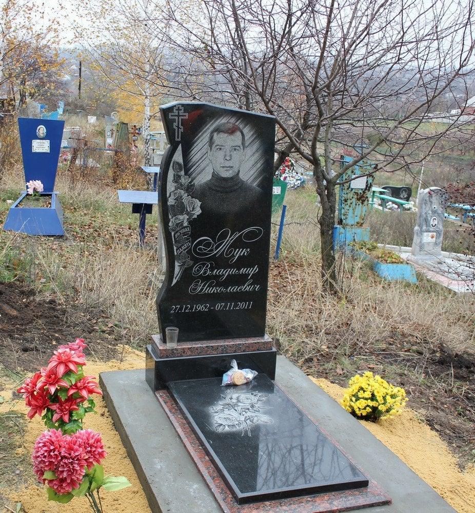Памятники на могилу цена киев Памятник Роза из двух видов гранита Любань